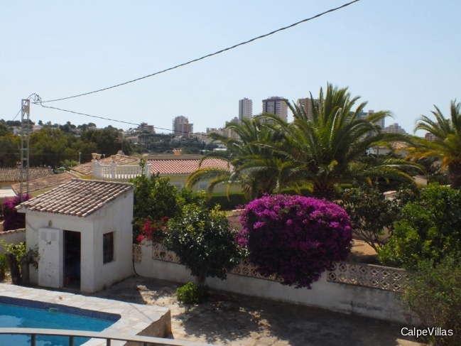 Villa in Calpe with 2 apartments, flat plot, very good location, 1.2 km from the beach
