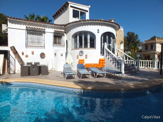 Villa on a sunny plot with pool and guest apartment